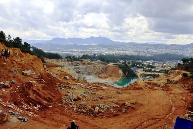 """Tự ý """"xẻ núi"""" mở đường khai thác khoáng sản -0"""