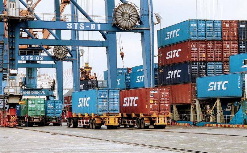 Bốc xếp hàng hóa tại cảng Đình Vũ (Hải Phòng).