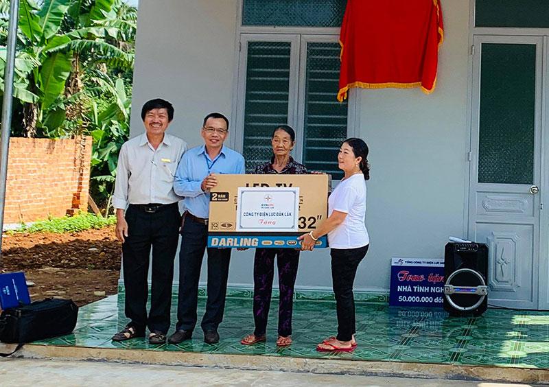 Tổng công ty Điện lực miền Trung trao tặng năm nhà tình nghĩa cho gia đình chính sách ở Đắk Lắk -0