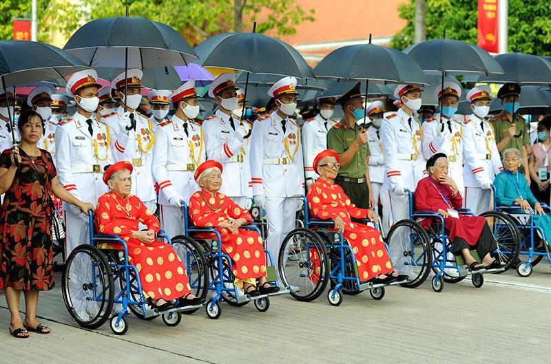 Đoàn đại biểu Bà mẹ Việt Nam Anh hùng vào Lăng viếng Chủ tịch Hồ Chí Minh -0