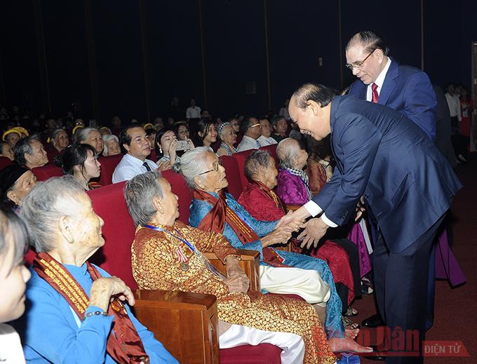 Tôn vinh những Bà mẹ Việt Nam Anh hùng -0