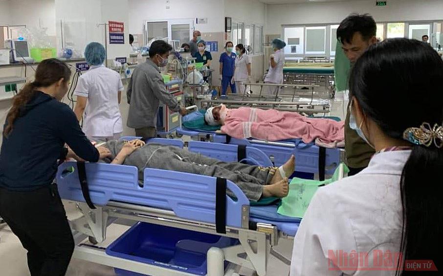 Cập nhật: Lật xe khách ở Quảng Bình, ít nhất 13 người tử vong -0