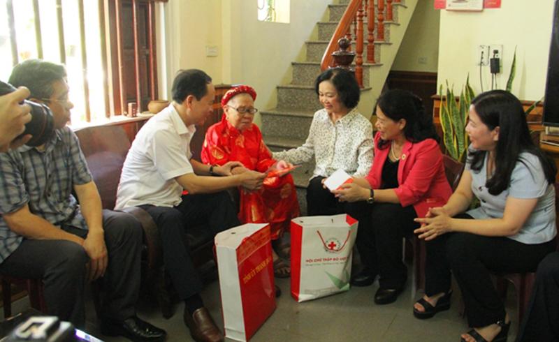 Đồng chí Trương Thị Mai tri ân, thăm, tặng quà người có công ở Thanh Hóa -0