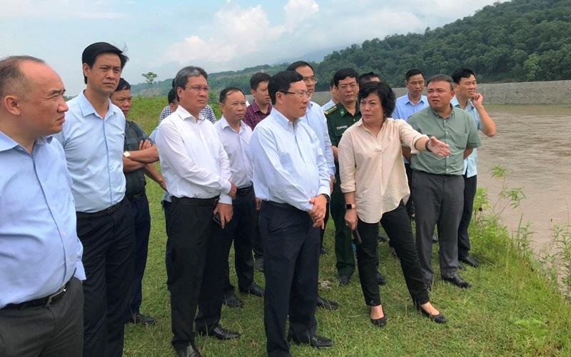 Phó Thủ tướng Chính phủ Phạm Bình Minh thị sát khu vực huyện Bát Xát, tỉnh Lào Cai.