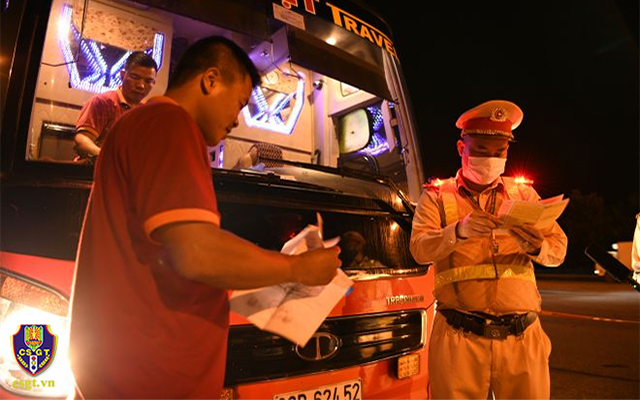 Cảnh sát giao thông tăng cường tuần tra đêm, kiểm tra xe chở khách -0