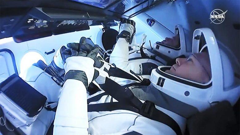 Tàu SpaceX chở hai phi hành gia hạ cánh an toàn trên biển -0