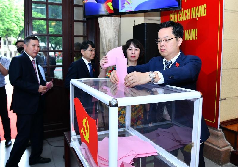Đẩy mạnh cải cách hành chính, nâng cao chất lượng cán bộ, công chức Hà Nội -0