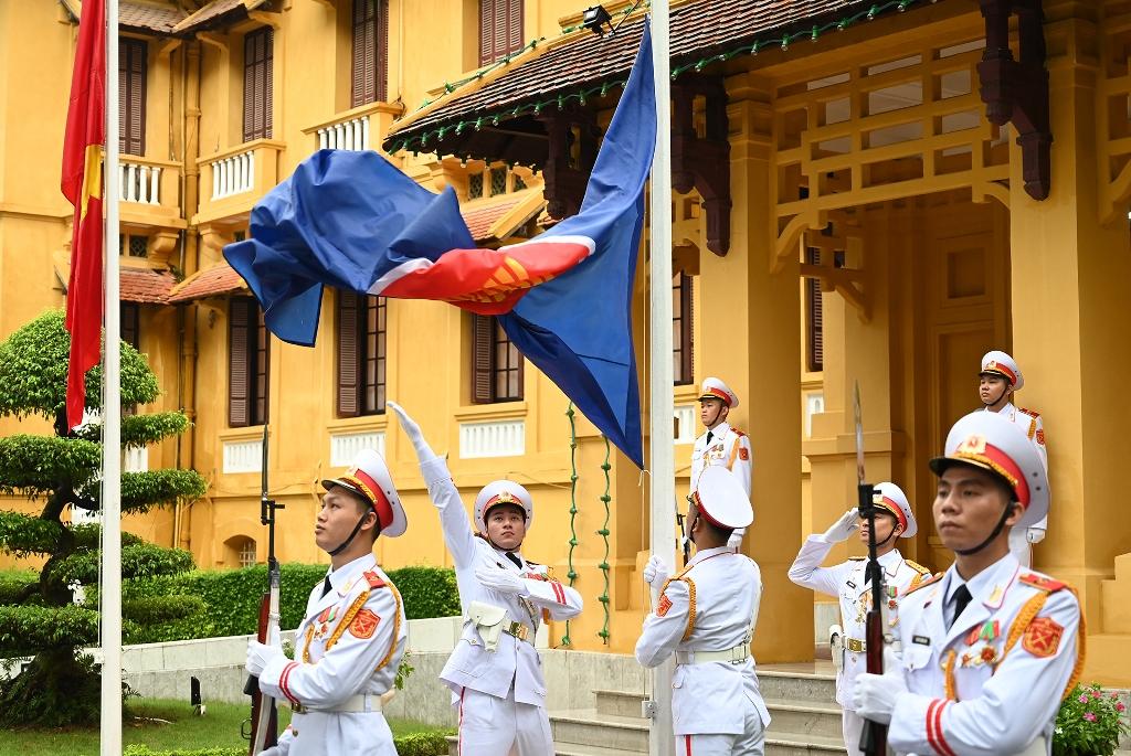 Trang trọng Lễ thượng cờ kỷ niệm 53 năm Ngày thành lập ASEAN -0