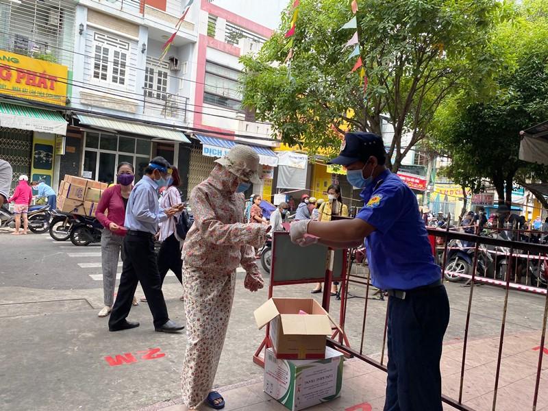 Người dân Đà Nẵng đi chợ bằng phiếu thời giãn cách -0