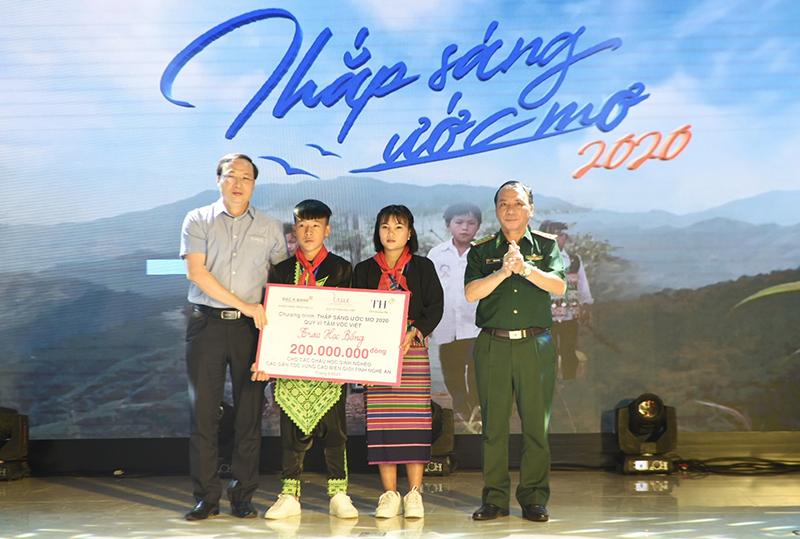"""Giao lưu """"Thắp sáng ước mơ"""" cho học sinh có hoàn cảnh đặc biệt ở Nghệ An -0"""