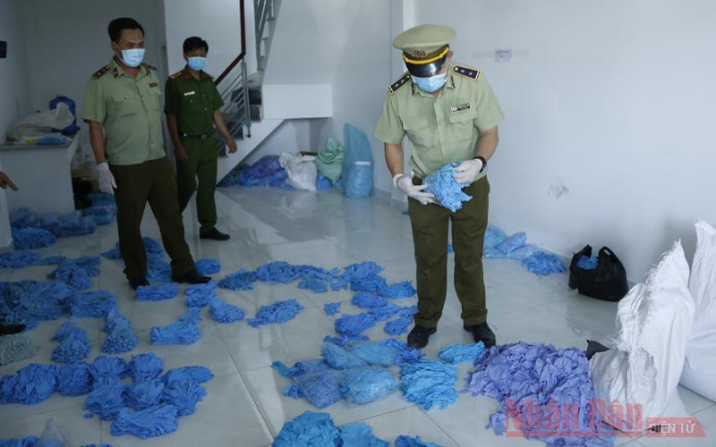 Phát hiện cơ sở tái chế số lượng lớn găng tay và đồ bảo hộ y tế đã qua sử dụng -0
