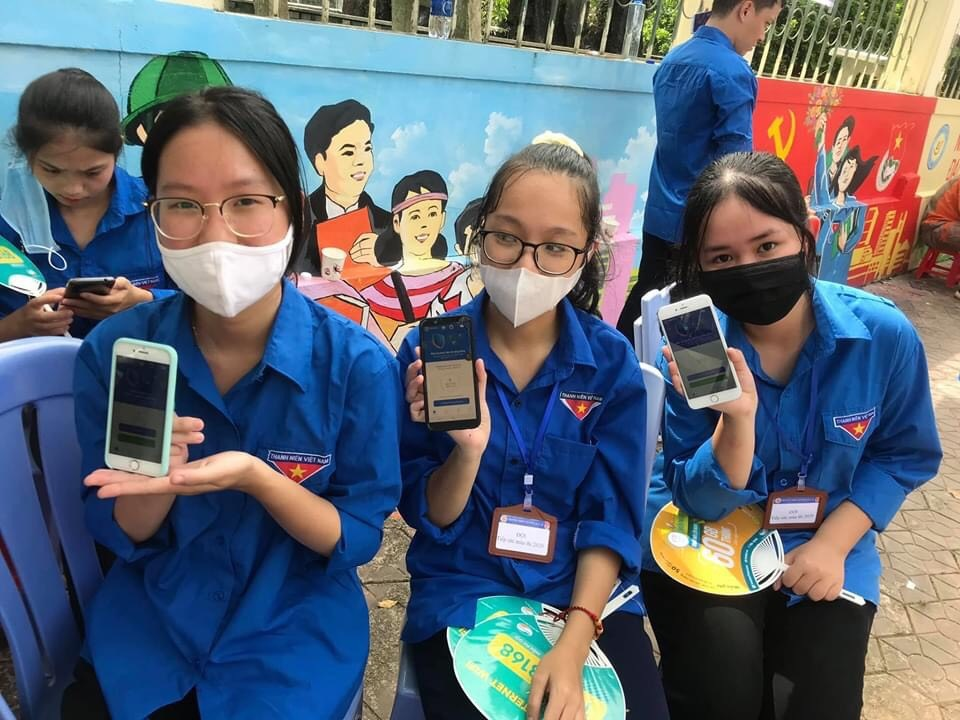 Thấm đẫm màu áo xanh tình nguyện trong chiến dịch vận động cài Bluezone -0