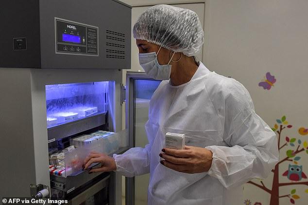 Ứng cử viên vaccine Covid-19 hàng đầu tạm dừng thử nghiệm : Cú sốc hay niềm tin -0