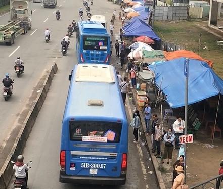 Phạt tù băng nhóm móc túi ở trạm xe buýt -0