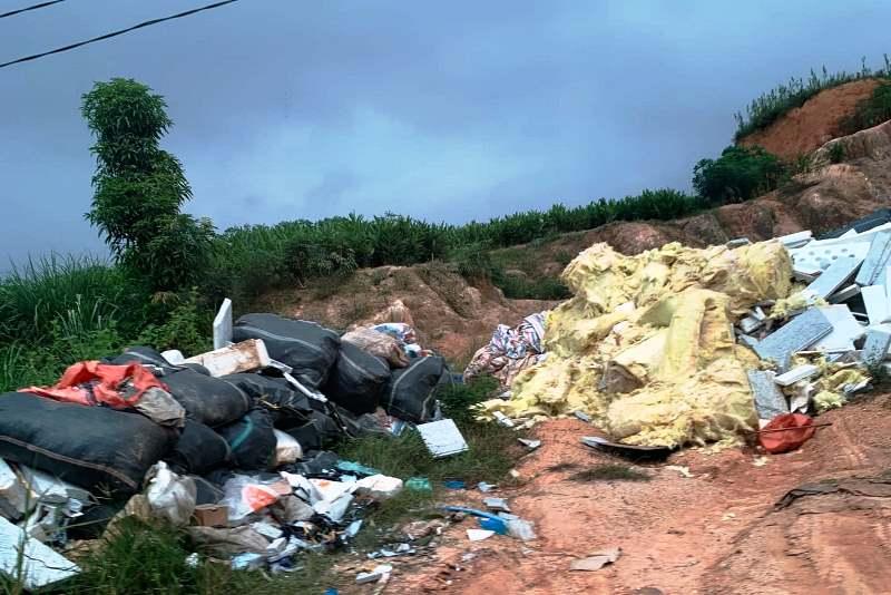 Rác nguy hại từ KCN Phú Hà ngang nhiên thải ra môi trường -0