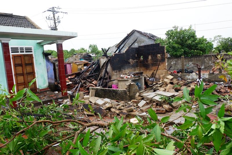 Bão số 5 đã gây sập nhà, đổ cây -0