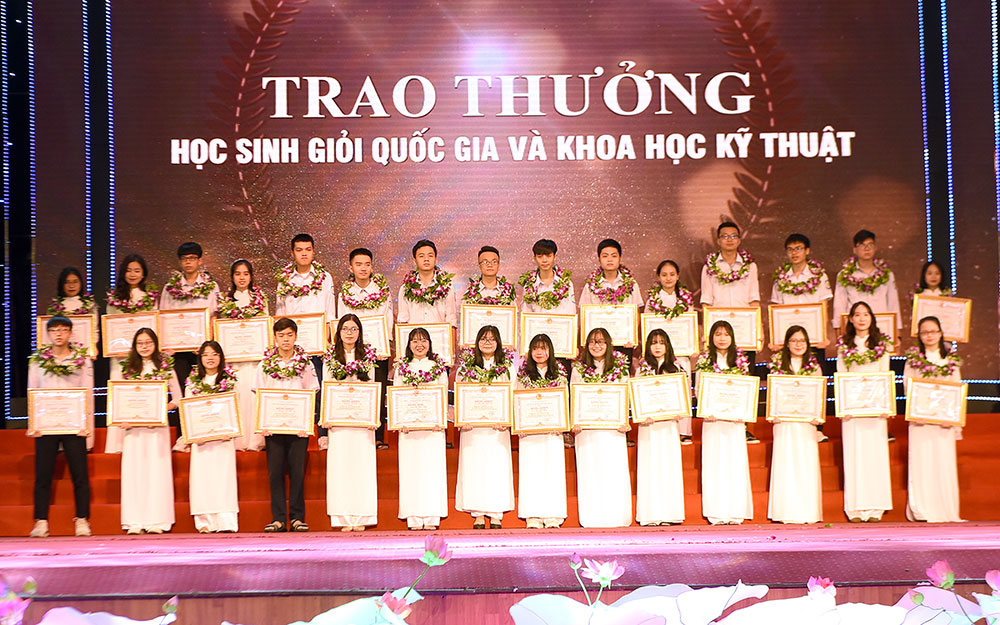 Nghệ An tuyên dương học sinh đạt giải quốc tế, quốc gia và đạt điểm cao trong kỳ thi tốt nghiệp THPT -0