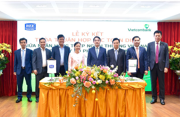 Vietcombank ký kết Thỏa thuận hợp tác toàn diện và Hợp đồng tín dụng tài trợ Dự án nhà máy điện gió số 3 (48MW) tại tỉnh Trà Vinh -0