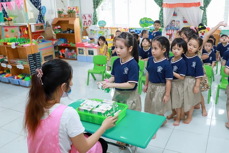 Đà Nẵng tổ chức cho học sinh uống sữa học đường ngay ngày đầu tựu trường -0