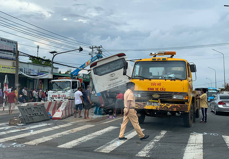 Xe khách tông hai xe máy trên Quốc lộ 1A, hai người thương vong -0