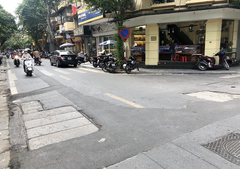 Mặt đường phố cổ vừa được thảm nhựa, đã bị đào xới để hạ ngầm -0