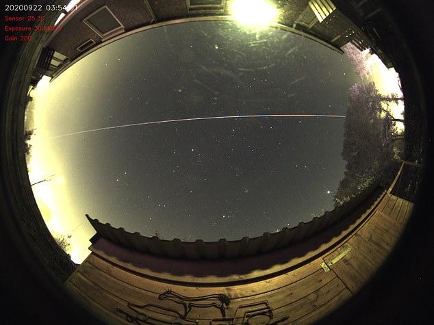 Một quả cầu lửa vừa lướt qua Trái đất và trở về không gian -0