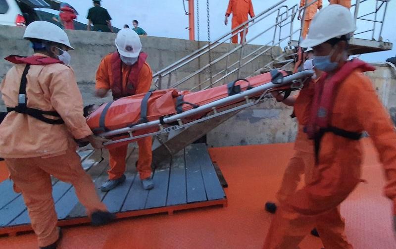 Cấp cứu kịp thời thuyền viên nguy kịch tính mạng trên biển -0