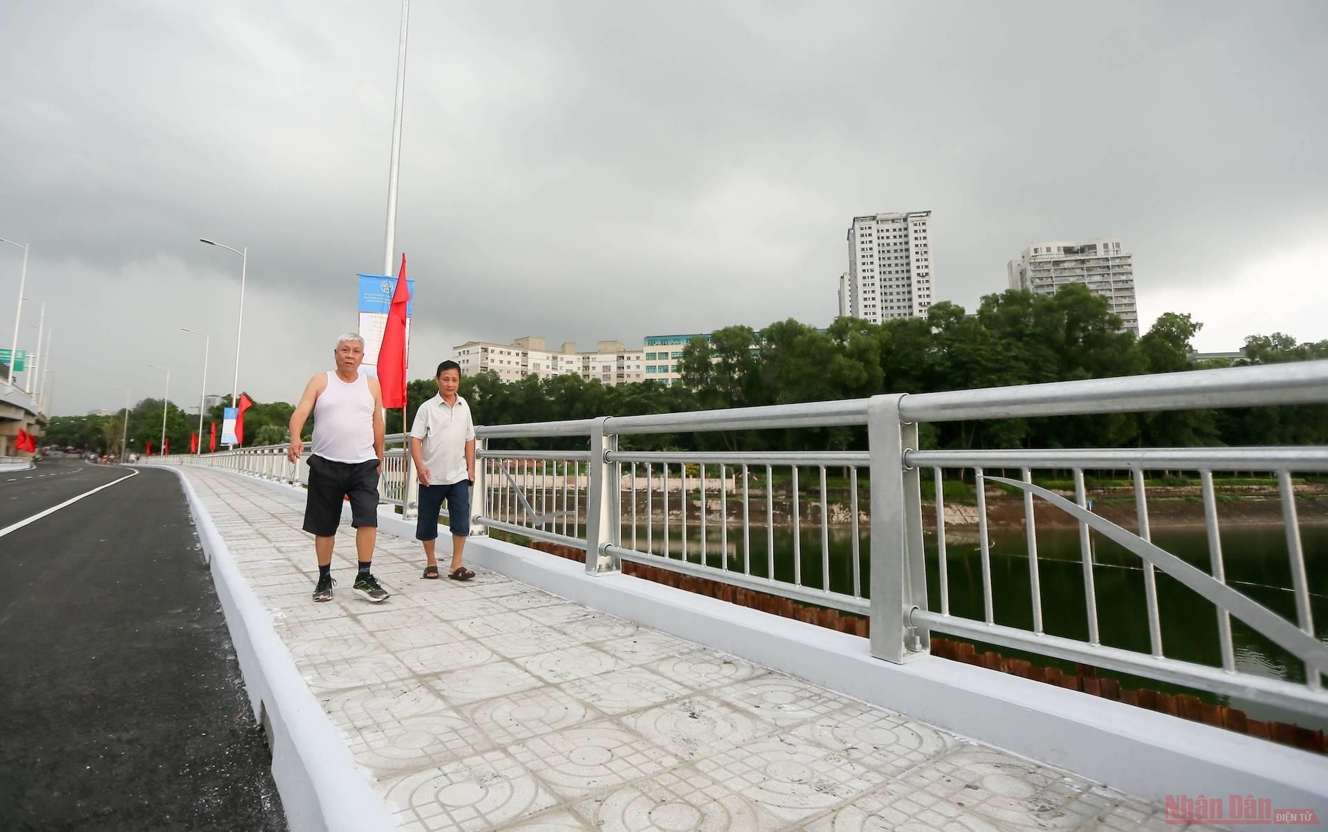 Cận cảnh cầu vượt thấp hồ Linh Đàm trước ngày khánh thành -0