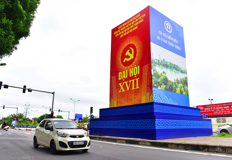 Đường phố Hà Nội rực rỡ cờ hoa chào mừng các sự kiện lớn -0
