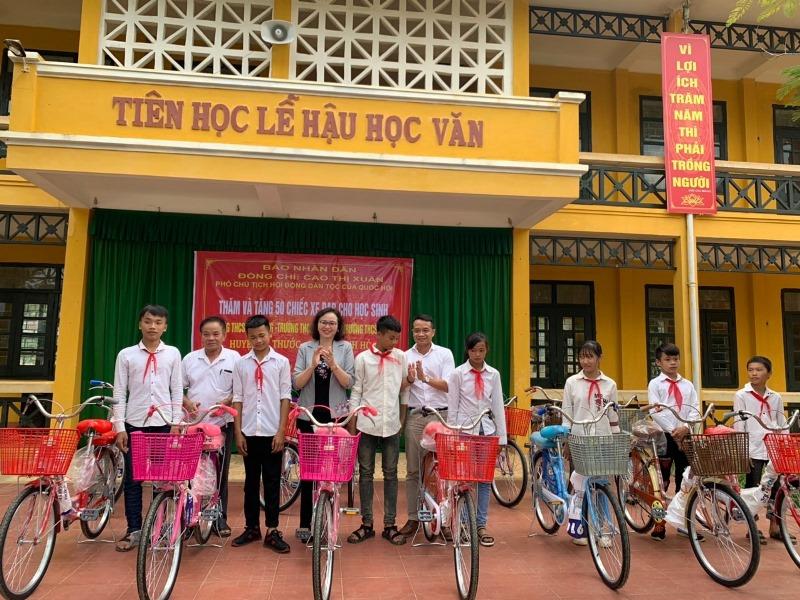 Trao xe đạp tặng học sinh nghèo, vượt khó -0