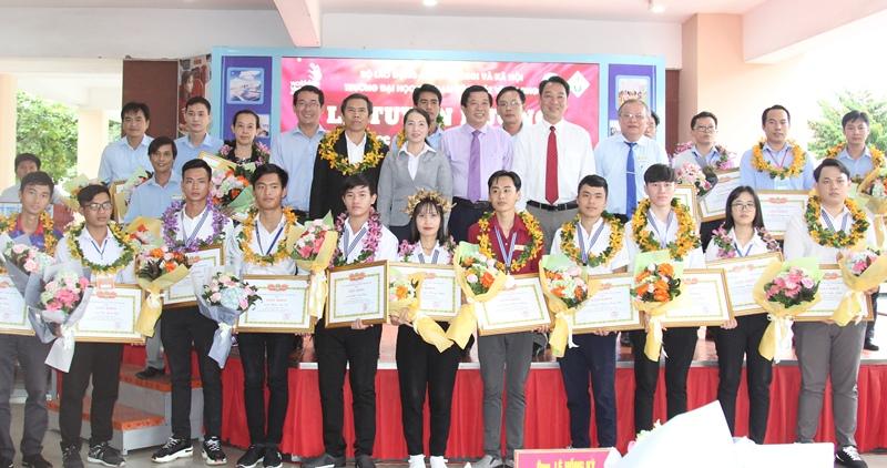 Khen thưởng thí sinh đạt giải cao kỳ thi tay nghề toàn quốc -0