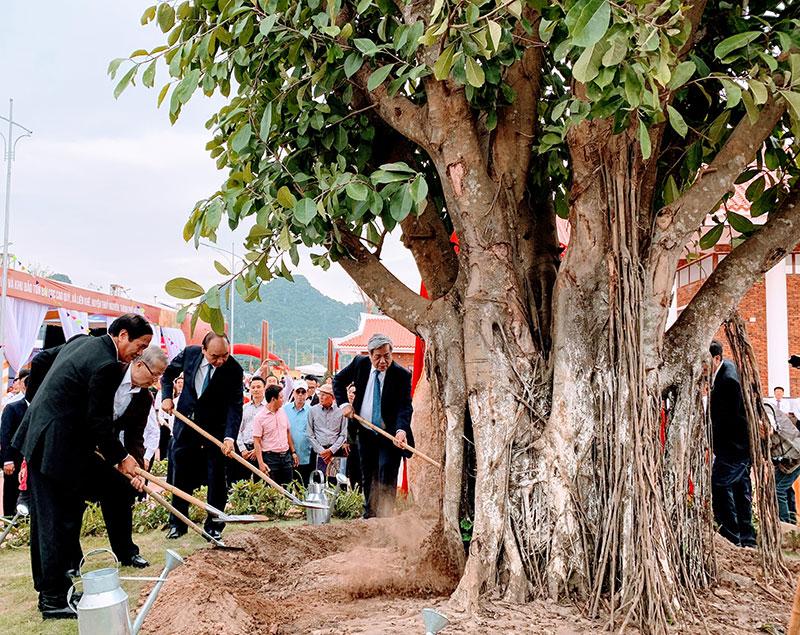 Thủ tướng Nguyễn Xuân Phúc dự khánh thành tuyến đường vào và Khu bảo tồn bãi cọc Cao Quỳ -0
