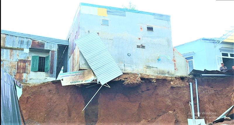 Hàng chục ngôi nhà ở trung tâm TP Buôn Ma Thuột có nguy cơ đổ sập do mưa lớn -0