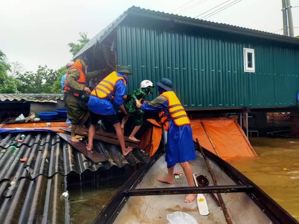 Lũ vượt mốc lịch sử, người dân Quảng Bình gấp rút chạy lũ -0