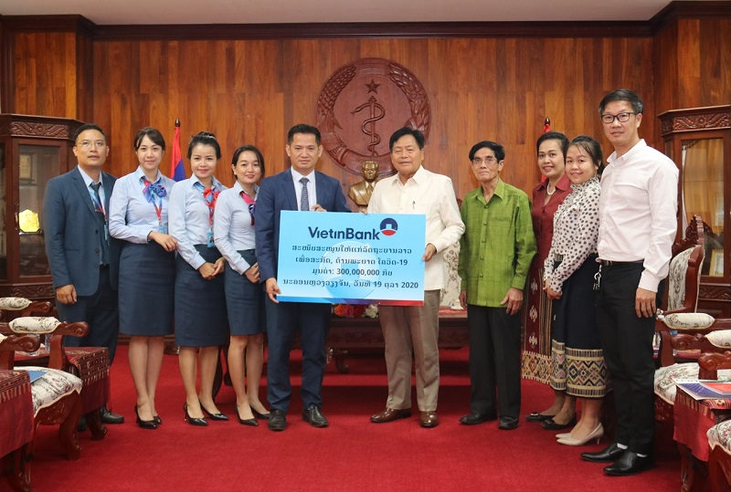 VientinBank Lào ủng hộ Lào phòng, chống Covid-19 -0