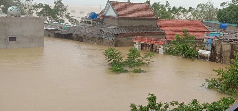 Quảng Bình: Nước ngập mái nhà, khẩn cấp cứu dân khỏi nơi nguy hiểm - Báo Nhân Dân