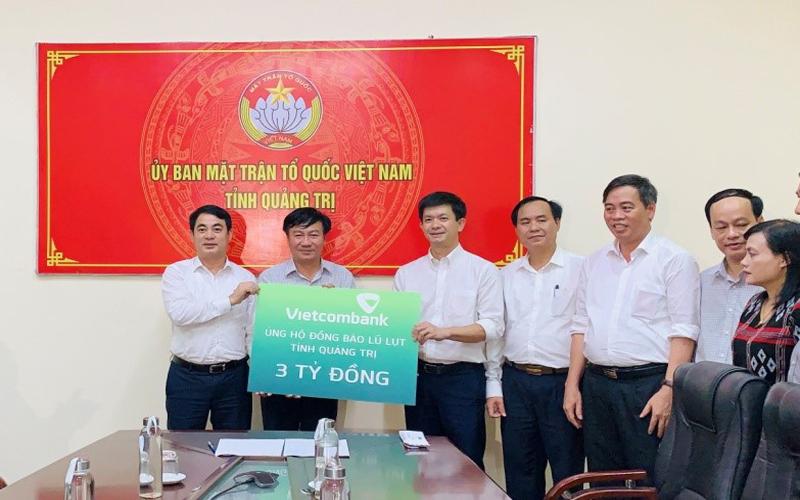 Vietcombank ủng hộ 11 tỷ đồng, chung tay cùng cán bộ, chiến sĩ và đồng bào miền trung vượt qua khó khăn trước thiên tai, lũ lụt -0