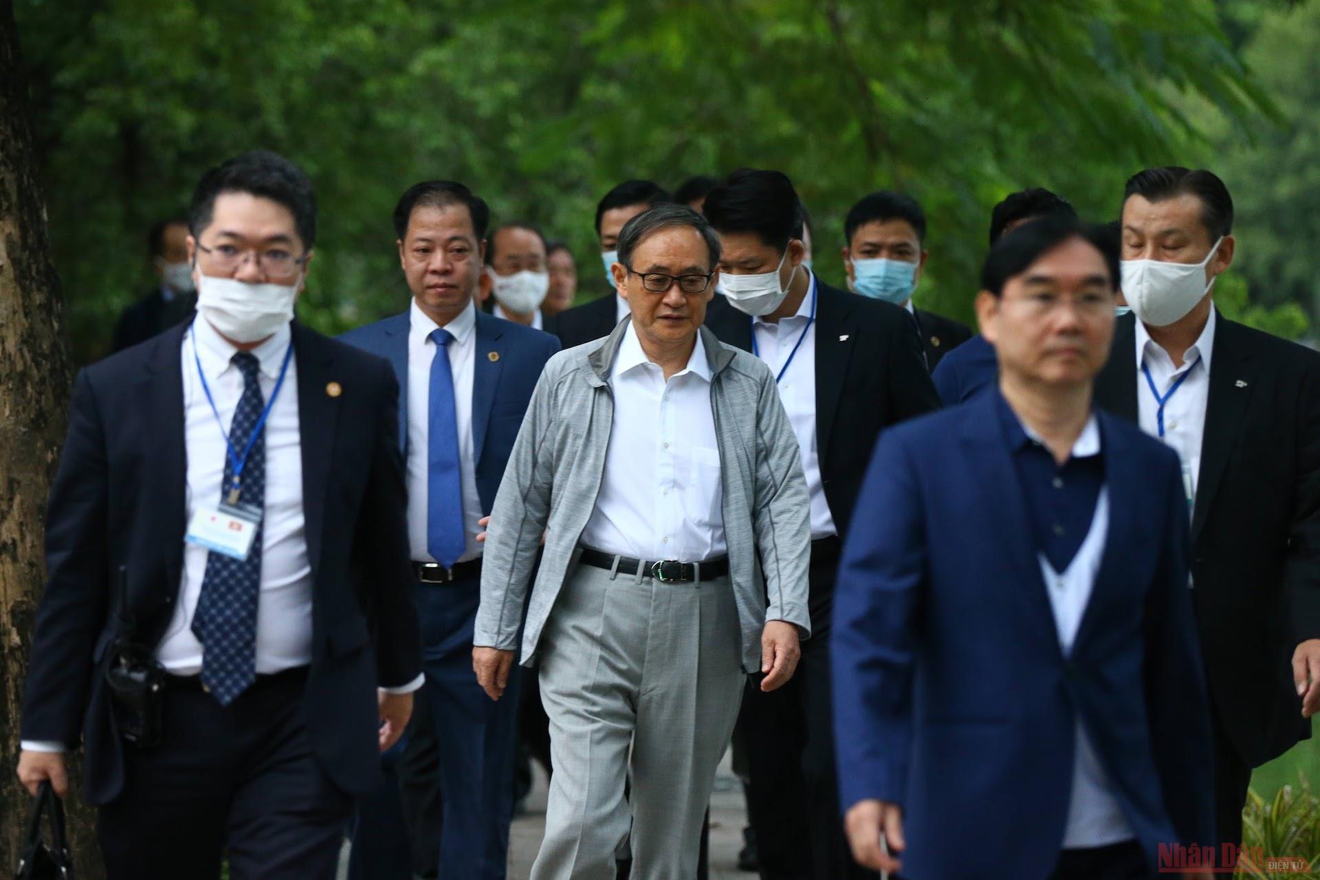 Thủ tướng Nhật Bản đi dạo Hồ Gươm sáng sớm -0