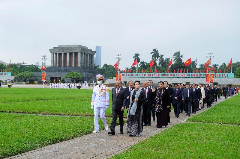 Lãnh đạo Đảng, Nhà nước và đại biểu Quốc hội vào Lăng viếng Chủ tịch Hồ Chí Minh -1