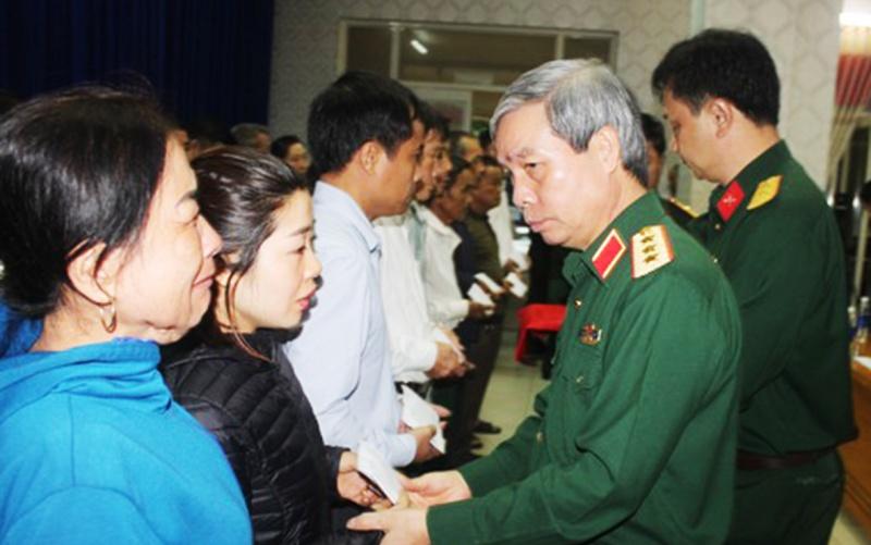 Bộ Quốc phòng và lãnh đạo tỉnh Quảng Trị thăm, tặng quà người dân bị ngập lụt nặng -0