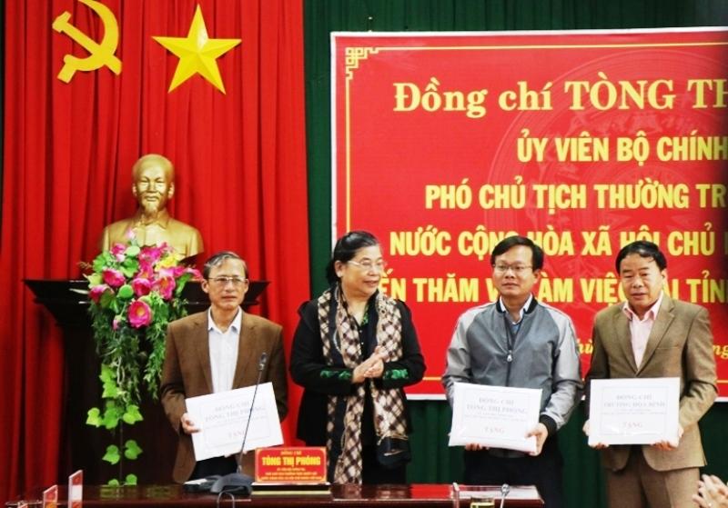 Phó Chủ tịch Thường trực Quốc hội Tòng Thị Phóng thăm, tặng quà bà con vùng lũ -0