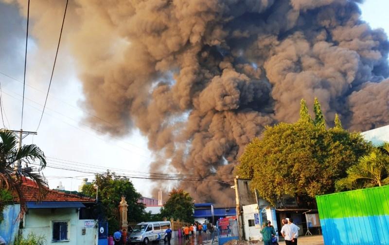 Cháy lớn tại công ty kinh doanh phế liệu tại Bình Dương -0