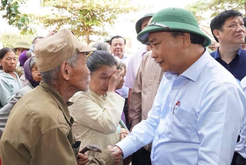 Thủ tướng thăm hỏi, động viên bà con vùng lũ -0