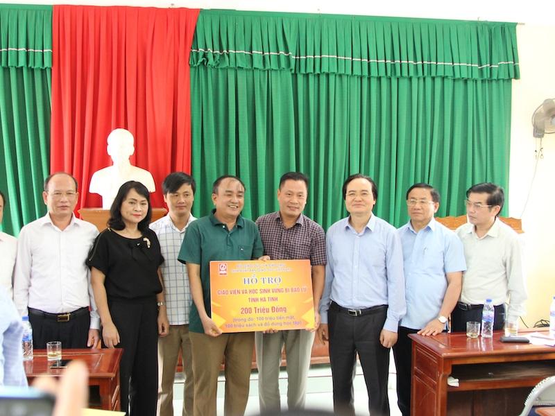 Bộ trưởng Phùng Xuân Nhạ tới thăm thầy trò vùng lũ Quảng Bình, Hà Tĩnh -0