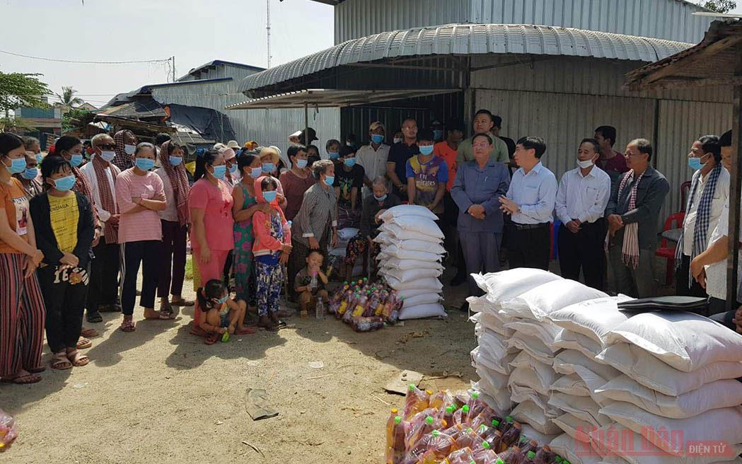 Người Việt Nam tại Cam-pu-chia tiếp tục quyên góp ủng hộ nhân dân vùng lũ miền trung -0