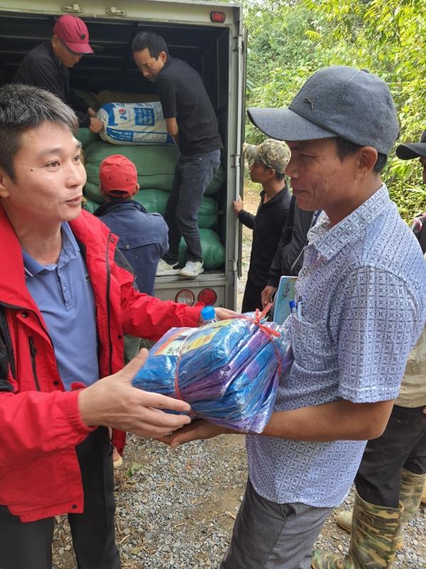 Thầy, cô trường làng cứu trợ người dân Vân Kiều bị cô lập trong lũ dữ -0