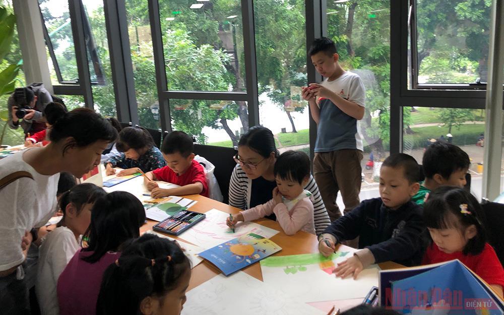 Trẻ nhỏ hào hứng với sách của Gianni Rodari -0