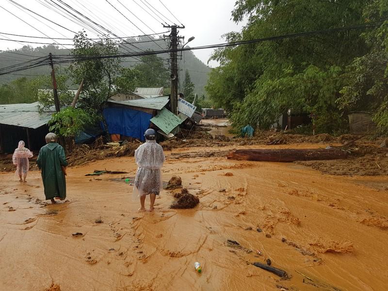 Sạt lở đất vùi nhiều nhà dân tại huyện miền núi Nam Trà My -0