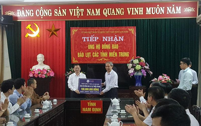 Tổng Lãnh sự quán Luang Prabang (Lào) quyên góp ủng hộ đồng bào miền trung -0
