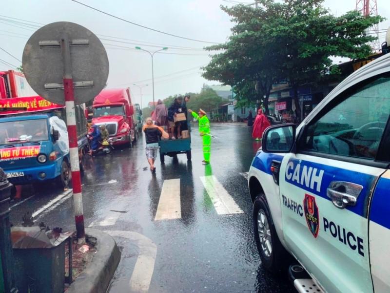 Tình người trong mưa bão ở thị trấn Lăng Cô -0